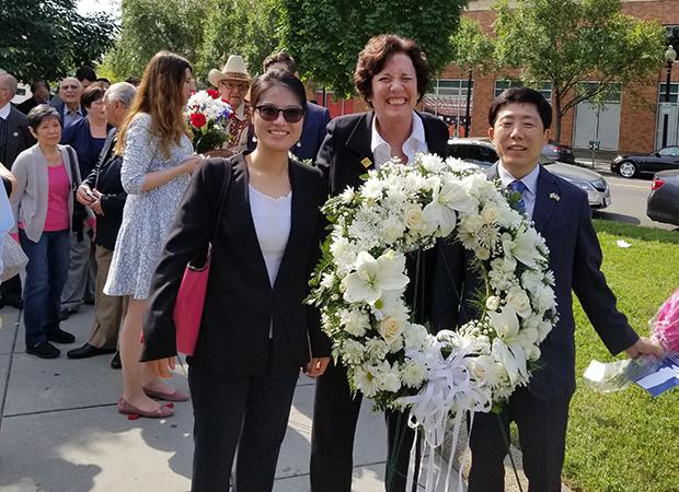 미국 인권단체인 '북한자유연합'의 수잔 숄티 대표(가운데)와 한국 탈북자단체 '자유북한운동연합'의 박상학 대표(맨 오른쪽)가 헌화 순서를 기다리고 있다.
