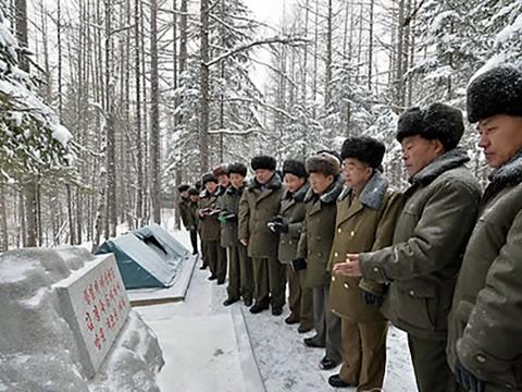 전국행정책임일꾼 백두산지구 혁명전적지 답사행군대가 대홍단 일대를 방문한 모습.