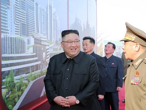 북한은 지난 23일 수도 평양에 주택 1만세대를 짓는 착공식을 진행했다. 착공식에 참석한 김 위원장이 대형 투시도를 옆에 두고 두 손을 모은 채 흡족한 듯이 웃고 있다.