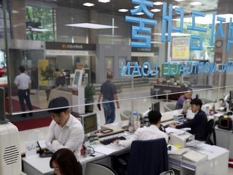 서울시내 한 은행 대출창구를 찾은 시민들이 상담을 받고 있다.