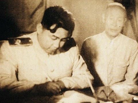 사진은 1953년 7월 정전협정에 서명하는 김일성.