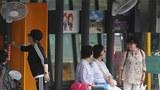 버스를 기다리는 시민들이 버스 정류장에 설치된 선풍기 바람을 쐬고 있다.