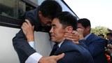 제21차 이산가족 상봉행사 2회차 마지막 날인 26일 북한 금강산호텔에서 열린 작별상봉 및 공동중식을 마치고 버스에 오른 북측 가족들이 남측 가족들과 헤어지며 눈물을 흘리고 있다.