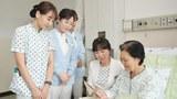 한 환자가 병상에서 쾌유 기원 글을 읽어보고 있다.