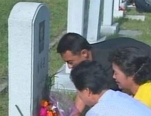추석을 맞아 북한 주민들이 조상묘를 찾아 성묘하고 있다.