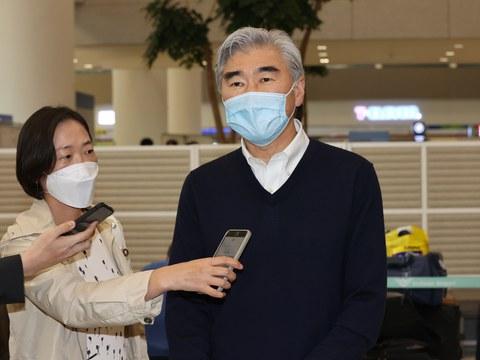 성 김 미국 국무부 대북 특별대표가 한미 북핵 수석대표 협의를 위해 23일 오후 인천국제공항 2터미널을 통해 입국하며 발언을 하고 있다.