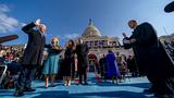 20일(현지 시간) 미국 46대 대통령으로 취임하는 바이든 대통령이 선서를 하고 있다.