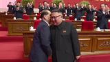 북한 조선중앙TV는 지난 12일 평양에서 노동당 제8차 대회가 폐막했다고 13일 보도했다. 김정은 당 총비서가 이번 당대회에서 고령으로 당 정치국 상무위원과 정치국 위원 자리에서 물러난 박봉주의 귓속말을 들으며 웃고 있다.