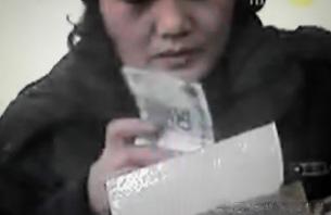북한 시장에서 중국 인민폐로 물건이 거래되는 모습. 사진-연합뉴스 제공