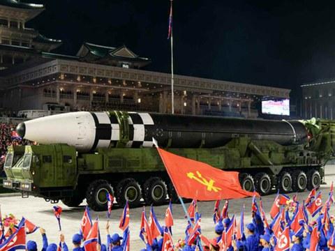 지난달 10일 노동당 창건 75주년 기념 열병식에서 공개된 미 본토를 겨냥할 수 있는 신형 대륙간탄도미사일(ICBM).