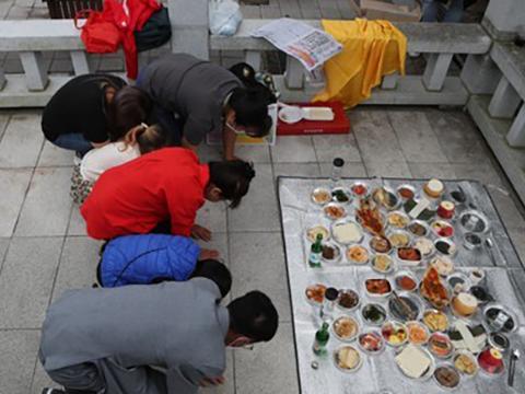 경기도 파주시 임진각에서 북한이탈주민 가족이 북녘을 향해 절을 올리고 있다.