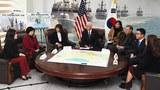 마이크 펜스 미국 부통령이 지난 9일 경기도 평택시 해군2함대에서 탈북자와 면담하고 있다.