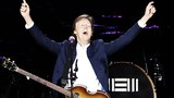 전설적인 밴드 '비틀스'의 멤버 폴 매카트니가 지난 2일 서울 잠실종합운동장 주경기장에서 열린 '아웃 데어' 콘서트에서 공연하고 있다.