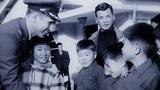 사진은 한국 보육원에서 고아들을 살피는 딘 헤스.
