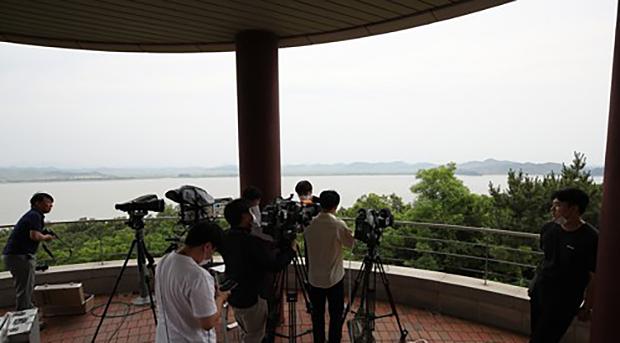 인천시 강화군 평화전망대에서 취재진이 북한 황해북도 개풍군을 바라보고 있다.