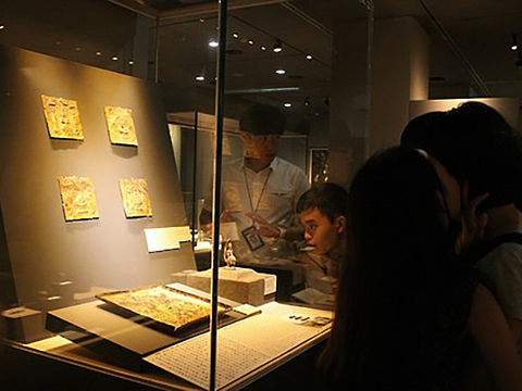 국립경주박물관에서 전시물을 살펴보는 학생들.