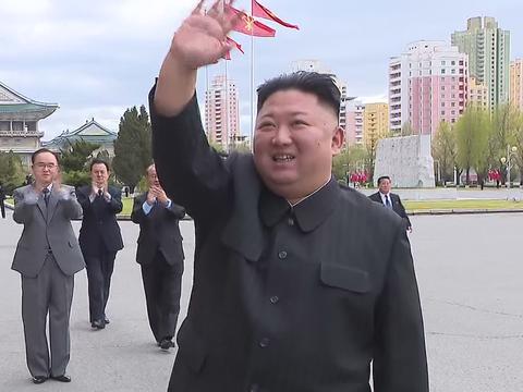북한 김정은 국무위원장이 지난 13일 노동당 제6차 세포비서대회 참가자들과 기념사진을 촬영했다고 조선중앙TV가 14일 보도했다. 김 위원장이 세포비서대회 참가자들에게 손을 흔들고 있다.