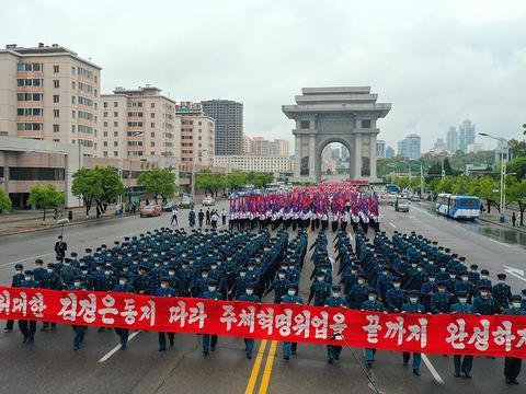 지난달 30일 김일성경기장에서 청년전위들의 결의대회에서 시내 거리를 행진하고 있는 대회 참가자들.