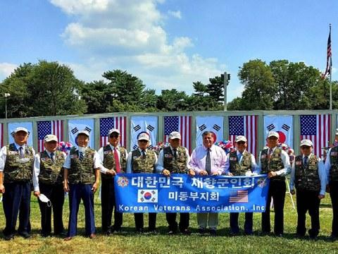 DC소재 한국전 참전 기념공원서 열린 7.27 정전 기념식에 재향군인회 미 동부지회 회원들이 참가하고 있다.