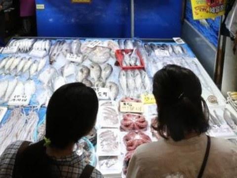 서울 시내 한 전통시장에서 시민들이 장을 보고 있다.