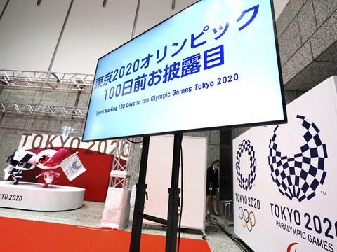 도쿄 올림픽 개막식을 100일을 앞두고 도쿄 시내에서 올림픽과 패럴림픽 마스코트 동상 제막식을 가졌다.