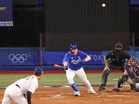 4일 일본 요코하마 스타디움에서 열린 도쿄올림픽 야구 준결승전 한국과 일본의 경기.  6회초 1사 1, 3루 김현수가 동점 적시타를 치고 있다.