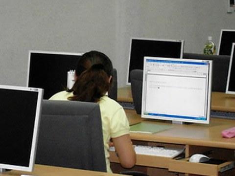 탈북자 정착교육시설인 하나원의 컴퓨터실을 이용하고 있는 탈북자.