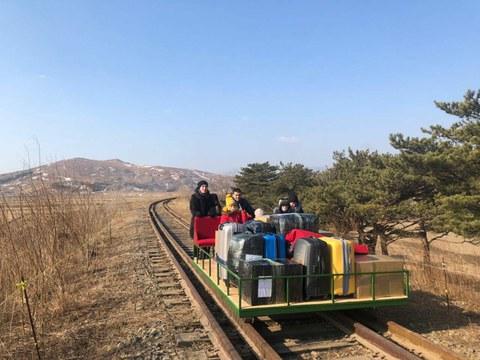 북한 주재 러시아 외교관들이 신종 코로나바이러스 감염증(코로나19)으로 국경이 봉쇄되자 귀국길에 직접 수레를 밀며 국경을 건너는 '진풍경'이 연출됐다.     25일(현지시간) 러시아 스푸트니크통신과 미국 북한전문매체 NK뉴스 등에 따르면 러시아 외교부는 평양 주재 러시아 대사관 직원 8명과 가족이 이날 두만강 철교로 양국 간 국경을 넘으면서 아무도 도와주는 사람이 없어 짐을 실은 철길수레를 직접 밀었다고 밝혔다. 25일 북한에서 귀국하고자 직접 철길수레를 밀고 있는 러시아 외교관들.