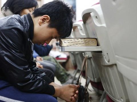 서울의 한 교회에서 탈북민들이 평화통일을 기원하는 기도를 하고 있다.