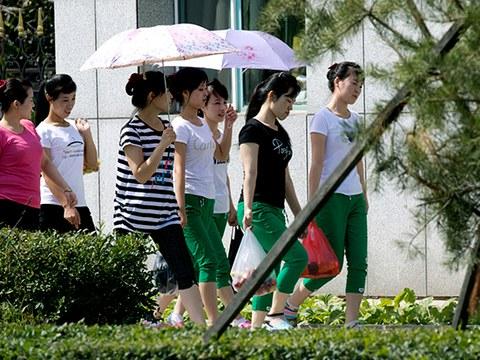 중국 훈춘의 한 의류공장에서 일하는 북한 노동자들이 시내에서 장을 본 후 숙소로 돌아가고 있다.