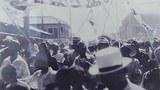 광복 2주 후인 8월 28일 시가행렬을 벌이고 있는 시민들의 모습.