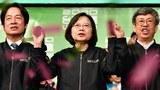 ຍານາງ Tsai Ing-Wen (ກາງ) ທີ່ສນັບສນູນ ການແຍກຕົວ ຈາກ ຈີນແຜ່ນດິນໃຫຍ່ ໄດ້ຮັບເລືອກຕັ້ງ ເປັນປະທານາທິບໍດີ ອີກນຶ່ງສມັຍຢູ່ ໃຕ້ຫວັນ ໃນວັນທີ 11 ມົກຣາ 2020.