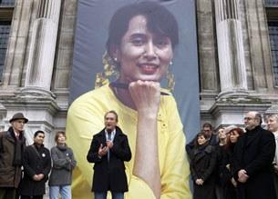 ທີ່ປາຣີ ປະເທດຝຣັ່ງເສດ ສ່ວນນື່ງຂອງ ບຸກຄົນສໍາຄັນ ທີ່ສນັບສນູນ ໄດ້ກາງຮູປໂປສເຕີ້ ຂອງມາດາມ ອອງຊານຊຸຈິ ແລະ ກ່າວຄໍາຍິນດີ ທີ່ໄດ້ຮັບ ອິສຣະພາບ. ຮ່ວມໃນກຸ່ມມີ Paris mayor Bertrand Delanoe (ກາງ), ດາຣາສະແດງ Marion Cotillard (ຜູ້ທີຫ້າຂວາມື) ແລະນັກຮ້ອງອັງກິດ Jane Birkin (ຜູ້ທີສາມຊ້າຍມື)
