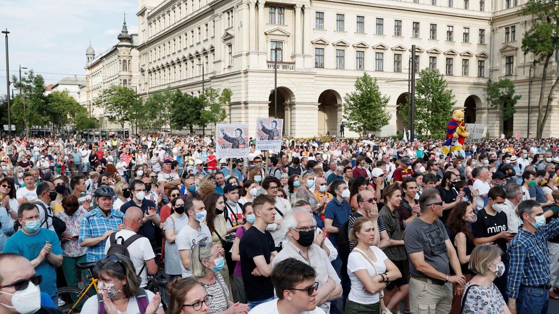 2021年6月5日,匈牙利首都上万名民众参与了抗议活动,并游行前往议会大厦示威, 抗议设立复旦分校。(路透社)