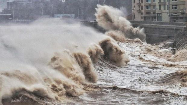 图为,2019年8月9日,台风利奇马逼近中国浙江省台州,海浪汹涌拍打海岸。