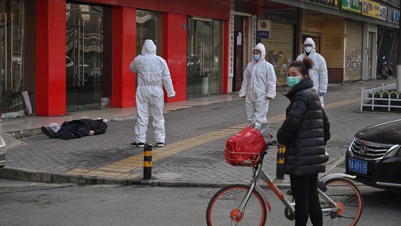 2020年1月30日,武汉市一家医院附近街上,一名男子倒毙。(法新社)