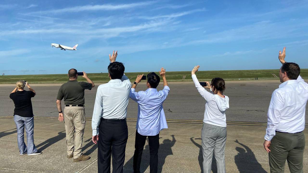 美国决定捐赠台湾250万剂莫德纳疫苗,台北驻美代表萧美琴率同事亲自到机场监督,直到华航专机顺利起飞。 照片由台北驻美代表处提供。(照片由台北驻美代表处提供)
