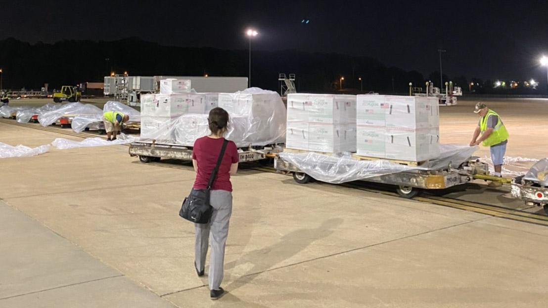 美国决定捐赠台湾250万剂莫德纳疫苗,台北驻美代表萧美琴率同事亲自到机场监督,直到华航专机顺利起飞。(照片由台北驻美代表处提供)