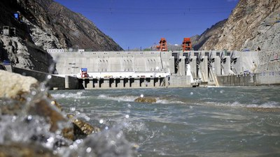 图为,中国此前已于雅鲁藏布江中游建成藏木水电站,是西藏最大的水力发电站。