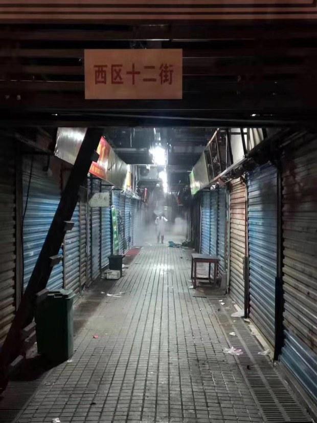 武汉市政府派人清洗市场进行消毒工作