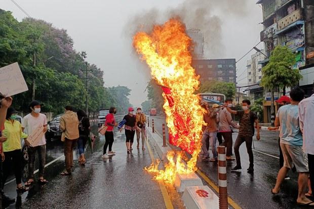 中国阻联合国谴责军事政变  缅甸示威者火烧五星旗泄愤