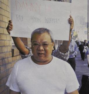 图片:何姓建筑商克扣员工工资遭员工抗议又遭检察官起诉(旧金山检察署提供)