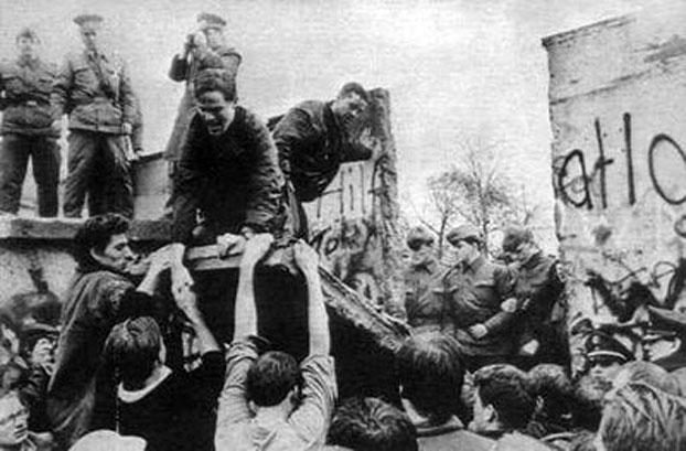 图片:1989年11月9日,德国的柏林墙被推倒。(档案照)
