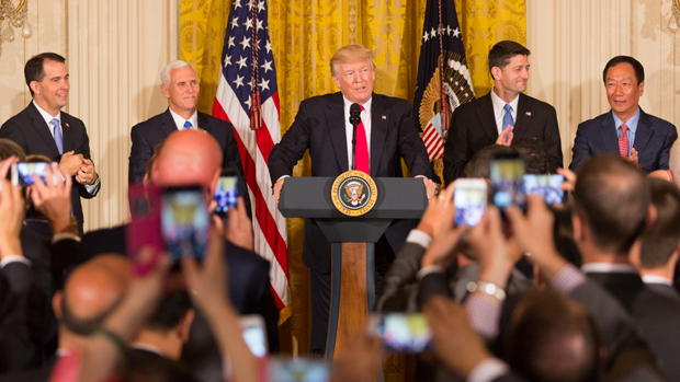 2017年7月26日,美国总统特朗普(中)、与台湾鸿海集团董事长郭台铭(右一),在白宫见记者,宣布鸿海旗下的富士康,将在威斯康星州设厂。(美国白宫网页图片)