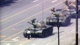 """圖片:1989""""六四""""天安門事件期間,王維林用自己的身體阻擋一隊在天安門附近長安街上的坦克。"""