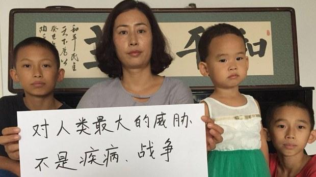 謝燕益律師的妻子原珊珊以及三個孩子。