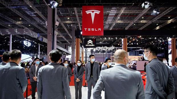 2021年4月19日,在中国举行的上海车展,工作人员站在特斯拉的展位上。(路透社)