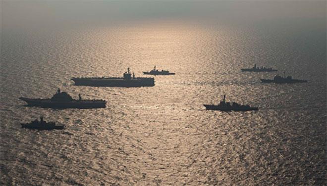 """2020年11月美日澳印四國海軍在阿拉伯海舉行""""馬拉巴爾""""(Malabar)海上聯合軍演。(維基百科)"""