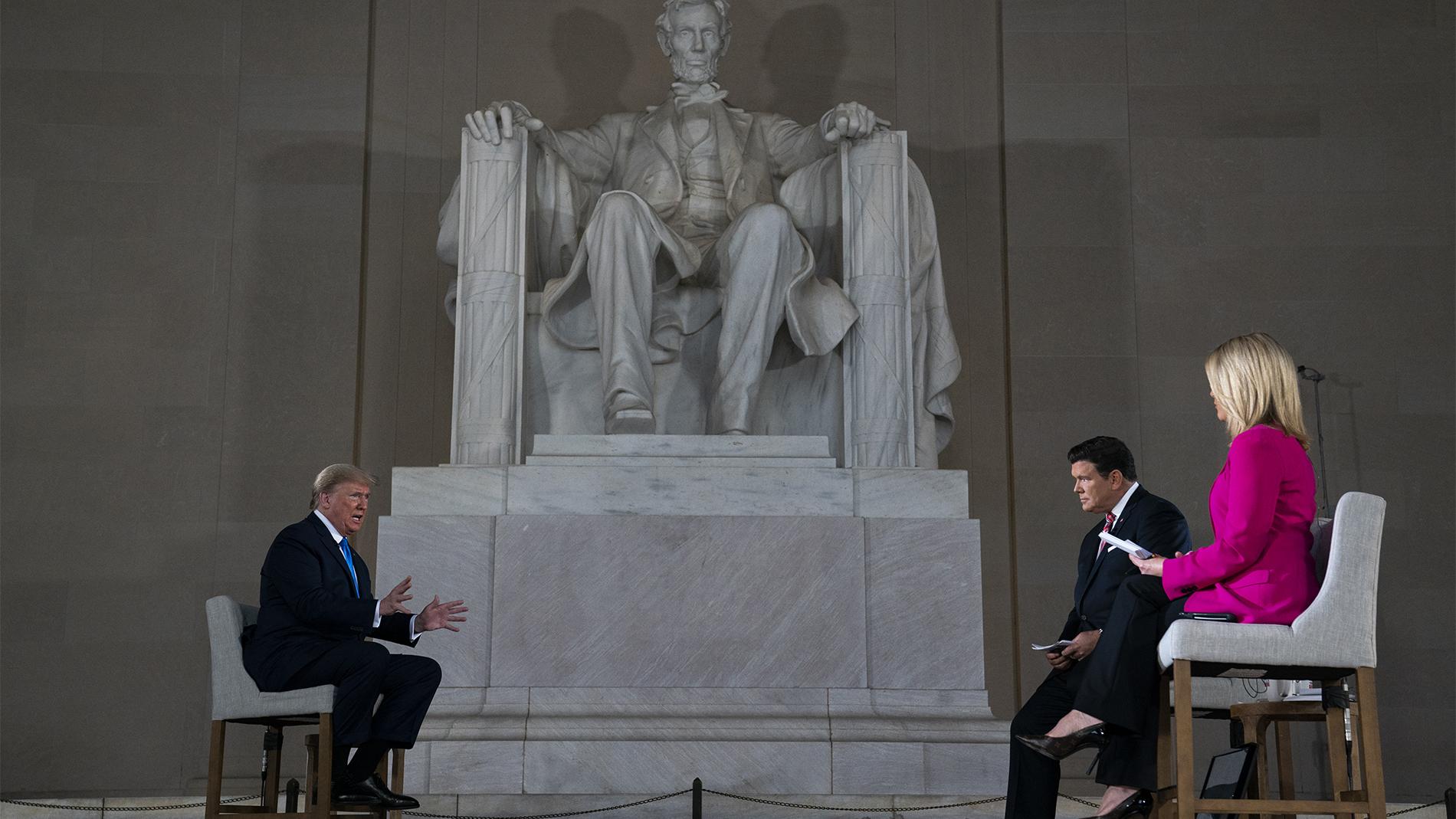 美國總統特朗普於2020年5月3日在林肯紀念堂參加福克斯電視臺主持的虛擬公民大會,談論新冠肺炎問題。(美聯社)