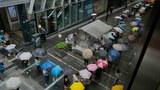 2021 年 6 月 24 日,香港市民在市中心街道的報攤前排隊等候最後一期的《蘋果日報》。